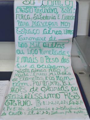 Cartazes ajudam missionária a divulgar os ensinamentos de Deus (Foto: Marina Fontenele/G1)