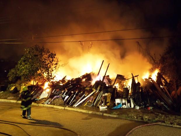 Casa aos fundos do depósito foi atingida pelas chamas (Foto: João Laud/RBS TV)