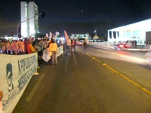 Manistantes fecharam duas faixas da via N1 do Eixo Monumental, em frente ao Palácio do Planalto, em Brasília (Foto: Lucas Nanini/G1)