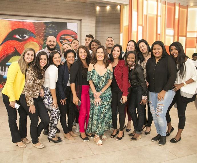 Convidados posam com a apresentadora  (Foto: Raphael Dias/Gshow)
