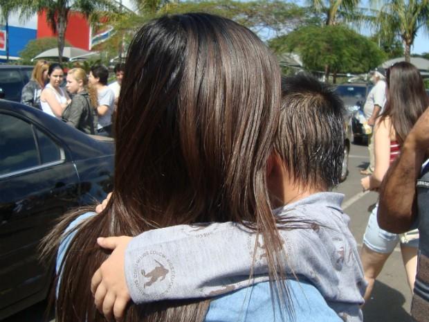 A mãe afirmou que o menino ficou cerca de 15 minutos trancado no carro. (Foto: Gláucia Souza / G1)