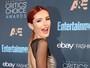 Bella Thorne usa transparência e dispensa lingerie em premiação