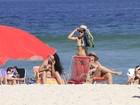 Nívea Stelmann aproveita segunda-feira de sol na praia