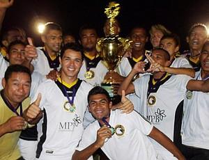 Jogadores do Globo Futebol Clube festejam título (Foto: Alisson Felipe/CN Agitos)