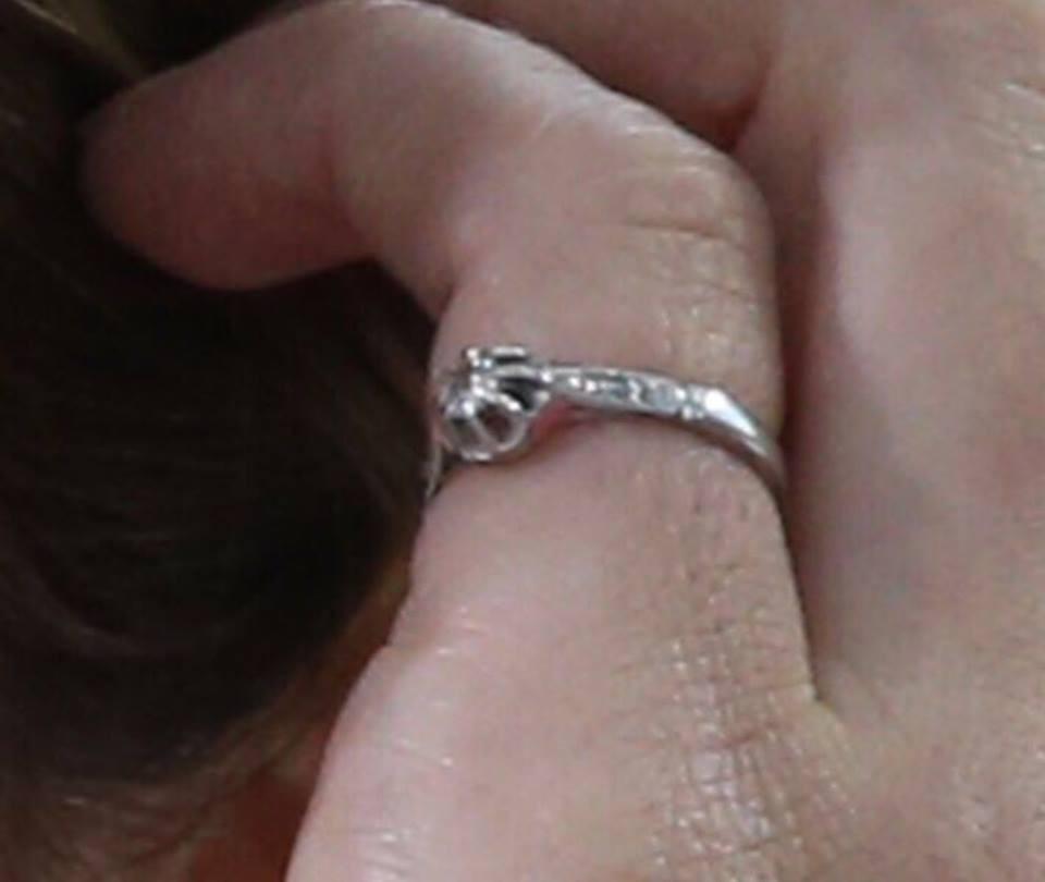 Anéis de Emma Watson (Foto: Reprodução / Facebook)
