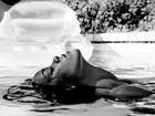 Rihanna sensualiza na piscina