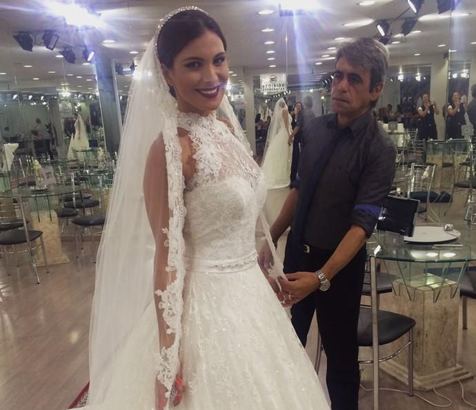 Kamilla ao lado do estilista que desenhou seu vestido (Foto: Arquivo Pessoal)