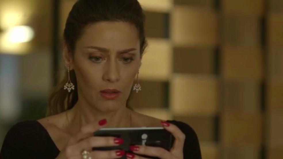 Joyce fica chocada ao ver o vídeo (Foto: TV Globo)