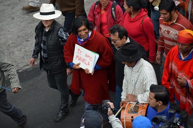 Manifestantes reúnem-se em frente a centro para estrangeiros em situação imigratória ilegal, onde está Manuela Picq, para protestar contra sua dentenção neste domingo (16)  (Foto: Reprodução/Flickr/Ministerio Interior Ecuador)