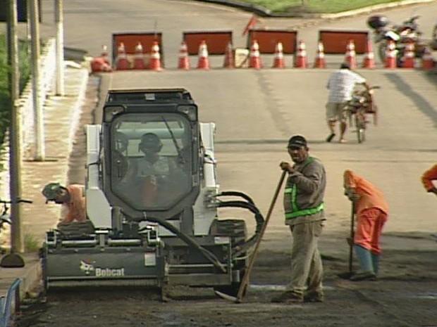 Processo de fresagem é realizado na ponte desde a segunda (25). (Foto: Reprodução / Inter Tv dos Vales)
