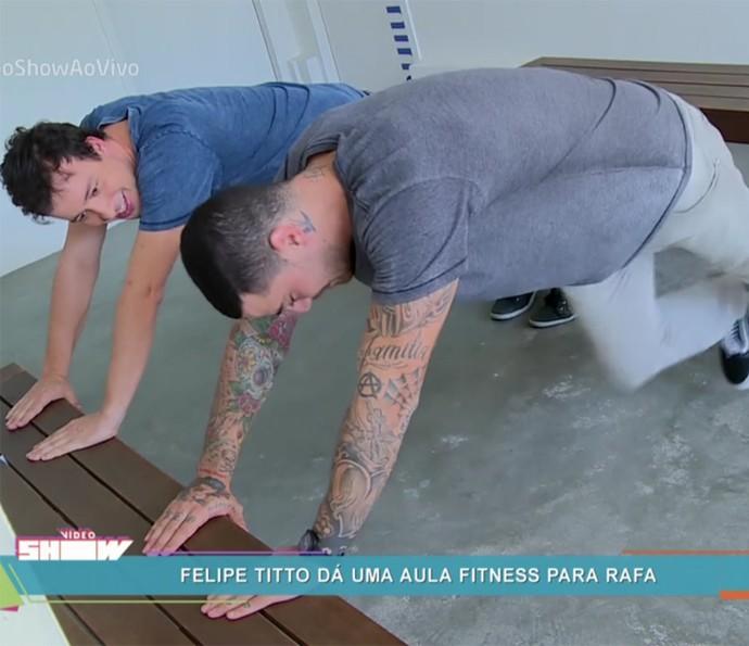 Felipe Titto mostra exercício para Rafael Cortez (Foto: Vídeo Show / TV Globo)
