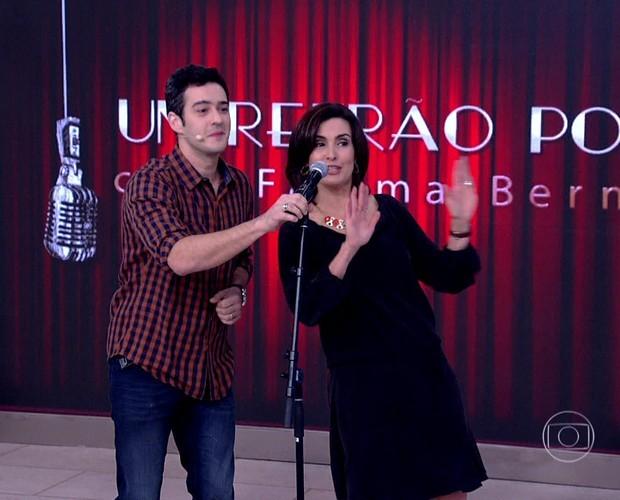 Fátima Bernardes canta e dança 'Pau que nasce torto' com É o Tchan (Foto: Encontro com Fátima Bernardes / TV Globo)