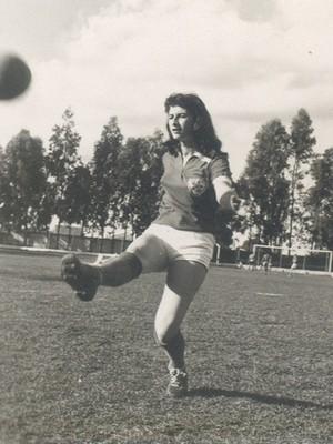 Zalfa Nader, capitã das pioneiras do futebol feminino de Araguari-MG, Araguari Atlético Clube, em 1959 (Foto: Zalfa Nader/Arquivo Pessoal)