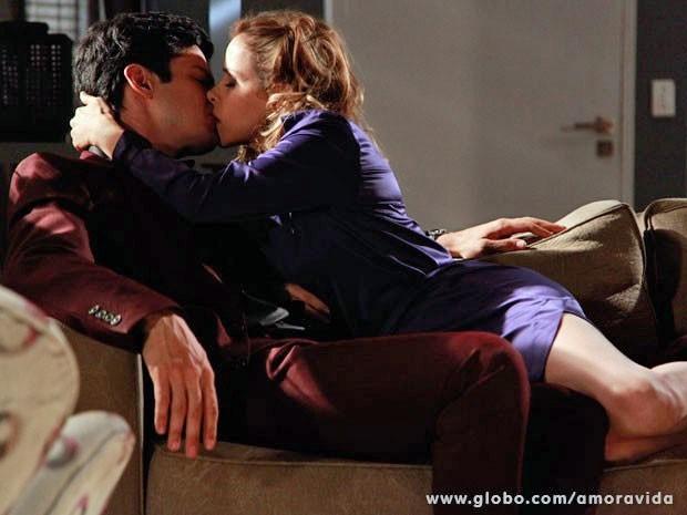 Félix e Glauce acabam se beijando (Foto: Ellen Soares/TV Globo)