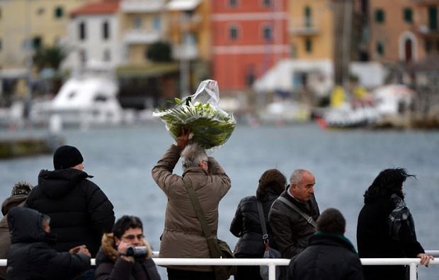 Homenagens foram feitas neste domingo (13) na Ilha de Giglio, onde o transatlântico bateu em uma pedra e afundou, matando 32 pessoas (Foto: Alberto Pizzoli/AFP)