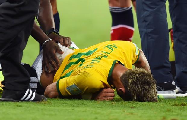 O craque chora após ser atingido pelo jogador colombiano (Foto:  Jamie McDonald/Getty Images)