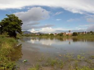 Corpo estava boiando em lagoa (Foto: TV Verdes Mares/Reprodução)