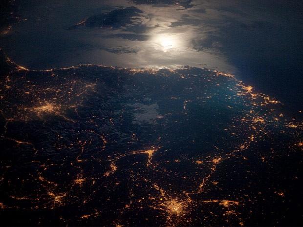 Imagem obtida em abril a partir da Estação Espacial Internacional (ISS) mostra a região dos Alpes, na Europa, com o reflexo da Lua sobre o Mar Mediterrâneo. (Foto: Nasa/Divulgação)