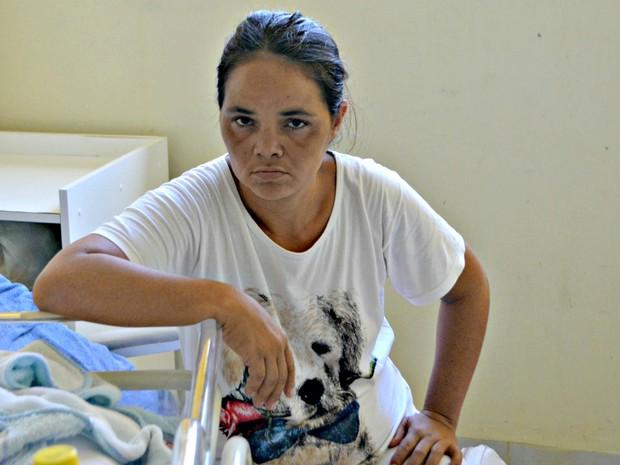 Mãe questiona que medicamentos foram usados na filha durante a internação  (Foto: Adelcimar Carvalho/G1)
