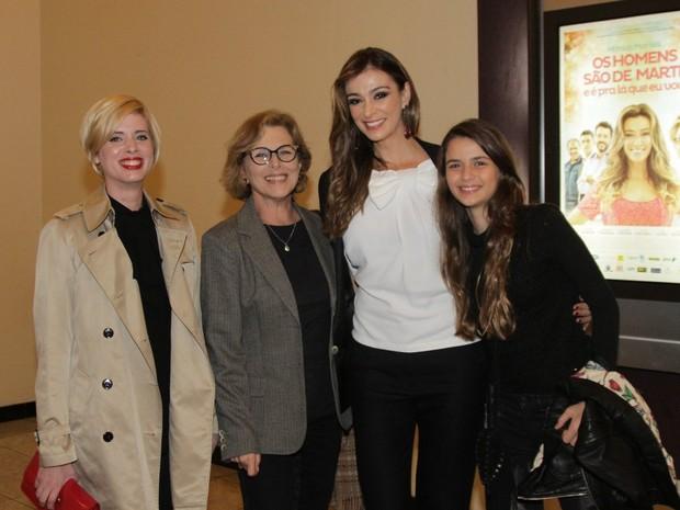 Daniele Valente, Irene Ravache e Mônica Martelli com a filha, Júlia, em pré-estreia de filme em São Paulo (Foto: Paduardo/ Ag. News)