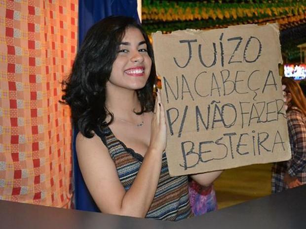 """""""É juízo na cabeça pra não fazer besteira"""", brincou Ivyne Araújo, fazendo alusão à bebida e à música em Campina Grande. (Foto: Rafael Melo/ G1)"""