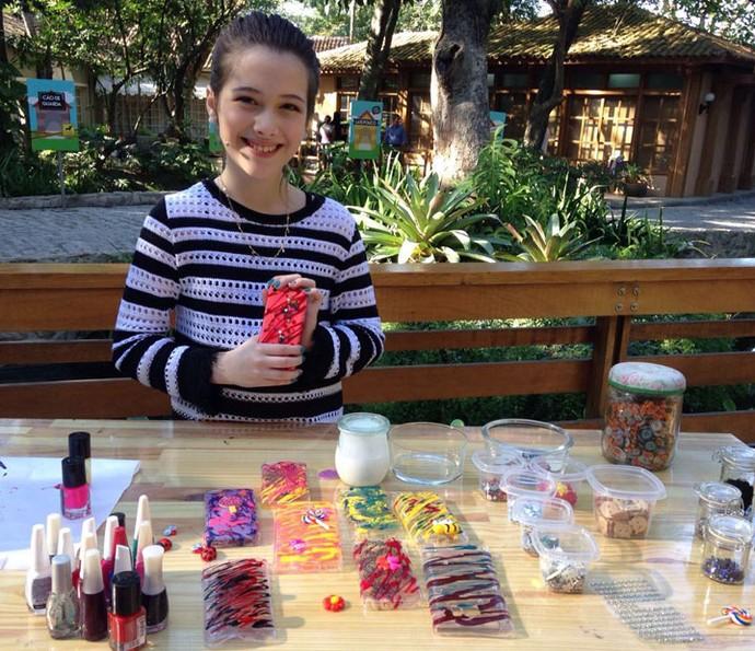 A blogueira mirim Júlia Silva ensina a customizar capinhas de celular (Foto: Gshow/Carolina Morgado)