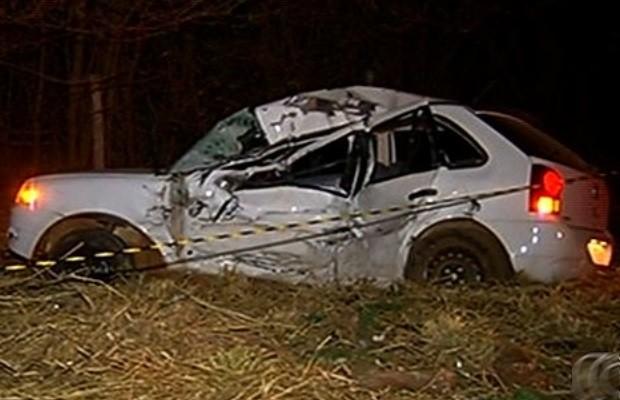 Carro ficou destruído após colisão na BR-060, em Rio Verde, Goiás (Foto: Reprodução/ TV Anhanguera)