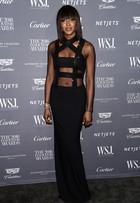 Naomi Campbell deixa barriga à mostra em premiação nos EUA