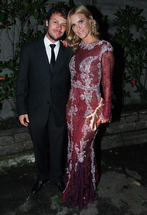 Carolina Dieckmann e o marido (Foto: Manuela Scarpa e Amauri Nehn/Photo Rio News)
