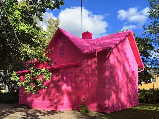 Com ajuda de refugiadas, artista reveste casa com crochê cor de rosa (Foto: Reprodução/Instagram)