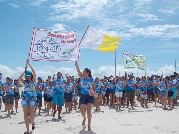 Grupo formado por cerca de 150 missionários está percorrendo praias do Litoral piauiense (Foto: Estevam Alexandrino)