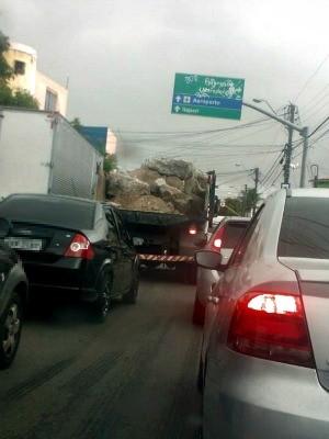 Caminhão transporta pedras com caçamba aberta e sem proteção (Foto: André Luiz/VC no G1)