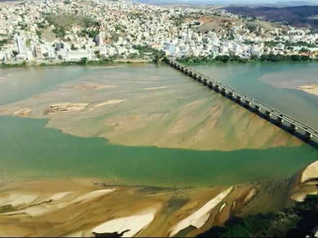 Bancos de areia estão atrapalhando o abastecimento de água da região (Foto: Reprodução/ TV Gazeta)