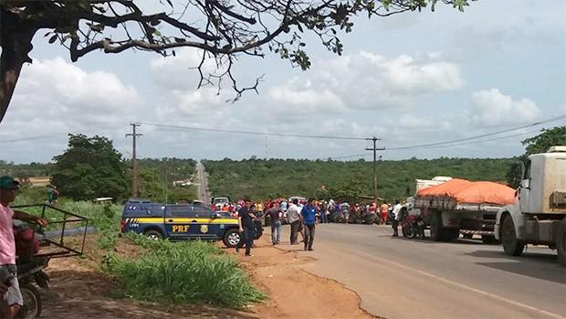 Um dos trechos interditados pelo MST fica na BR-406, em Ceará-Mirim, na Grande Natal (Foto: Marksuel Figueredo/Inter TV Cabugi)
