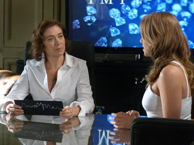 Marta recebe o convite de formatura de Cristina (Foto: Fabio Rosso/ Gshow)