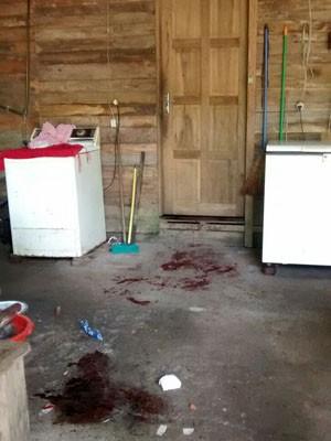 Manchas de sangue na casa da família (Foto: Divulgação/Polícia Civil)