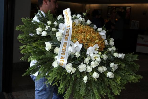 Coroa de flores enviado por Huck e Angélica (Foto: Marcos Serra Lima / EGO)