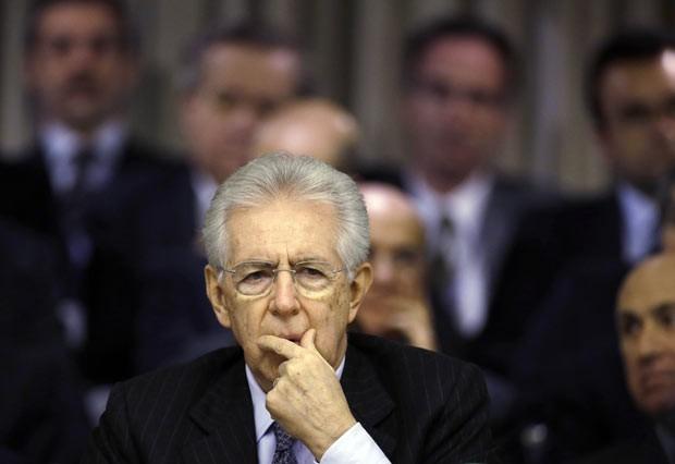 O premiê demissionário da Itália, Mario Monti, discursa para diplomatas italianos nesta sexta-feira (21) em Roma (Foto: AP)