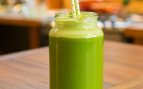 Suco verde de maçã e aipo