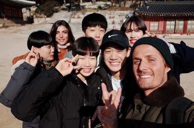 Dimitri com jovens coreanos no Secret Garden (Foto: Dimitri Mussardi)