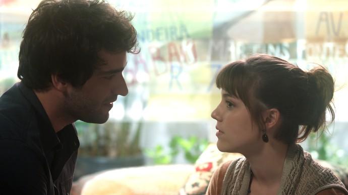 Tiago procura Isabela para contar a novidade (Foto: TV Globo)