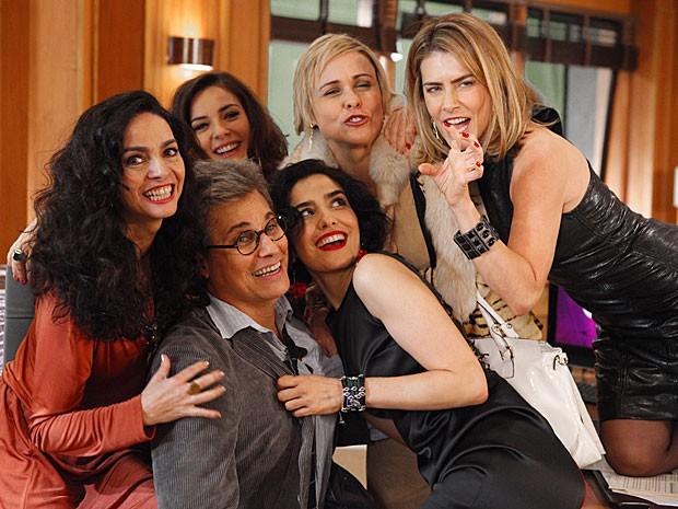 Edson Celulari se diverte com atrizes durante intervalo da gravação (Foto: Guerra dos Sexos / TV Globo)