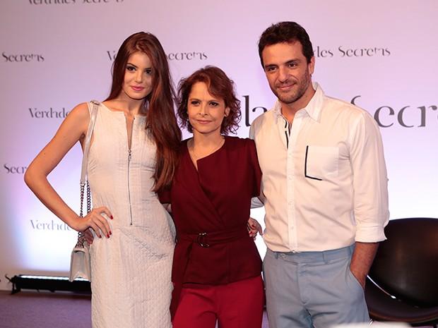 Drica Moraes posa ao lado de Rodrigo Lombardi e Camila Queiroz (Foto: Felipe Monteiro / Gshow)