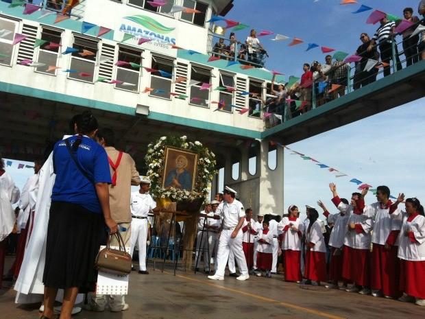 Imagem do padroeiro percorreu ruas da cidade de Manaus (Foto: Mônica Dias/G1 AM)