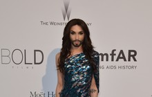 Conchita Wurst, a cantora barbuda, vai a baile de gala em Cannes
