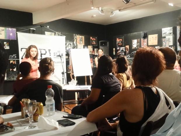 A poetisa Mariana Félix em apresentação no ZAP! Slam, em São Paulo (Foto: Eduardo Pereira/G1)