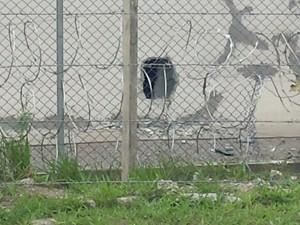 Presos fizeram um buraco para fugir de penitenciária (Foto: Natasha Guerrize/G1)