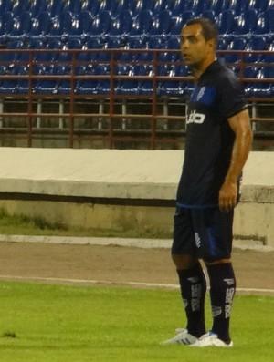Volante do CSA, Rodolfo saiu na bronca com a arbitragem da partida (Foto: Caio Lorena / Globoesporte.com)