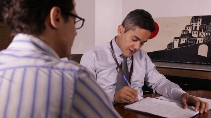 Atores Rafael Medrado e Jarbas Oliver encenam entrevista de emprego (Foto: Divulgação)