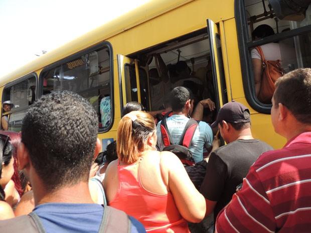Volta dos ônibus foi marcada por tumulto no Joana Bezerra (Foto: Katherine Coutinho / G1)